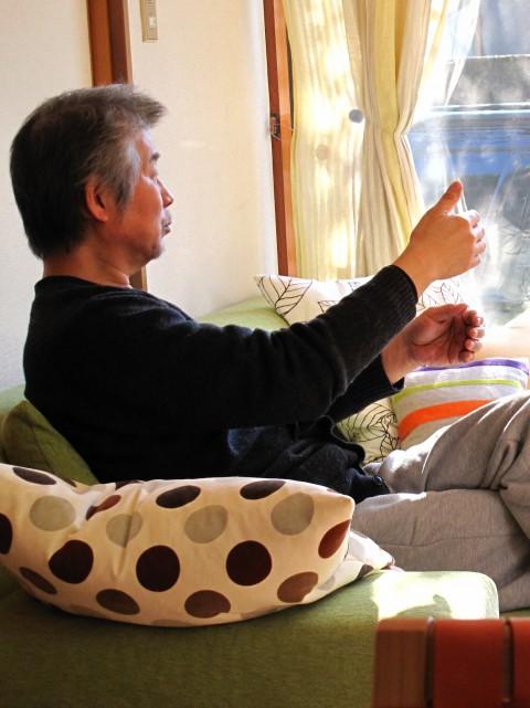 2012/12 新しいアイディアを友人に語っている久山 / 大好きな自宅リビングにて