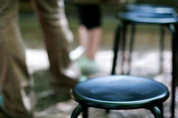 椅子の前に立っているカップル